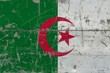 Grunge Algeria flag on old scratched wooden surface. National vintage background. 版權商用圖片