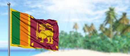 Ondeando la bandera de Sri Lanka en el soleado cielo azul con fondo de playa de verano. Tema de vacaciones, concepto de vacaciones.