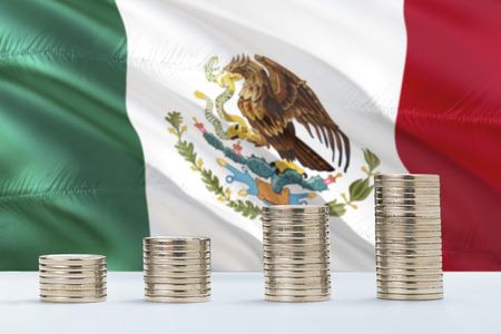 Bandera de México ondeando en el fondo con filas de monedas para concepto de finanzas y negocios. Ahorro de dinero.
