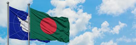 La Antártida y la bandera de Bangladesh ondeando en el viento contra el cielo azul nublado blanco juntos. Concepto de diplomacia, relaciones internacionales.