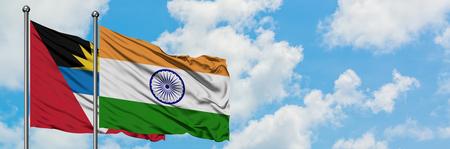 Antigua y Barbuda con la bandera de la India ondeando en el viento contra el cielo azul nublado blanco juntos. Concepto de diplomacia, relaciones internacionales. Foto de archivo