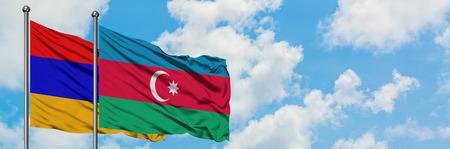 Armenië en Azerbeidzjan vlag zwaaien in de wind tegen witte bewolkte blauwe hemel samen. Diplomatie concept, internationale betrekkingen.