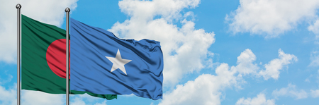 Bandera de Bangladesh y Somalia ondeando en el viento contra el cielo azul nublado blanco juntos. Concepto de diplomacia, relaciones internacionales.
