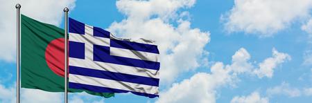 Bandera de Bangladesh y Grecia ondeando en el viento contra el cielo azul nublado blanco juntos. Concepto de diplomacia, relaciones internacionales. Foto de archivo