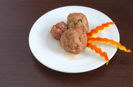 farce: plate of meatballs on the table