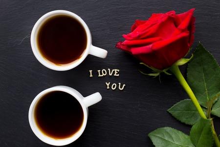 caoba: Todavía vida con una declaración de amor. día de San Valentín