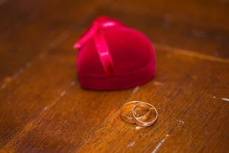 Wedding rings in a beautiful red box. 版權商用圖片
