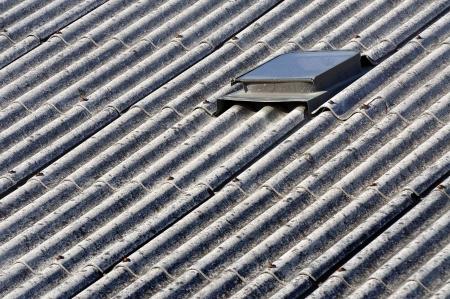 residuos toxicos: amianto del techo de una casa antigua Foto de archivo