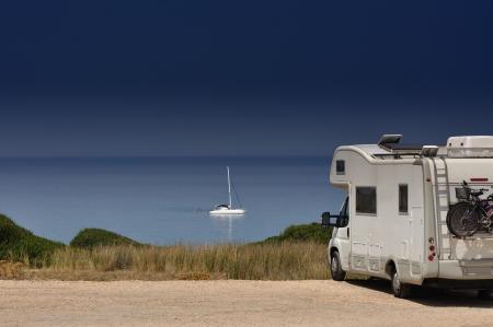 Camper van na pláži Scivu, Sardinie, Itálie