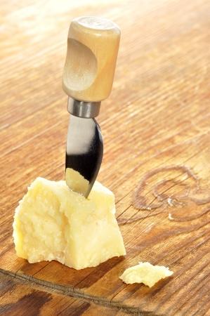 まな板: 木製のまな板は、選択と集中にパルメザン チーズ 写真素材
