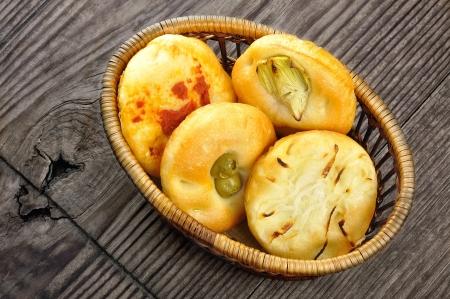 Malé pizzy podávané s cibulí, olivy, artyčoky a rajčata, italská jídla Reklamní fotografie
