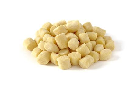 Gnocchi, čerstvé italské těstoviny, bílé pozadí