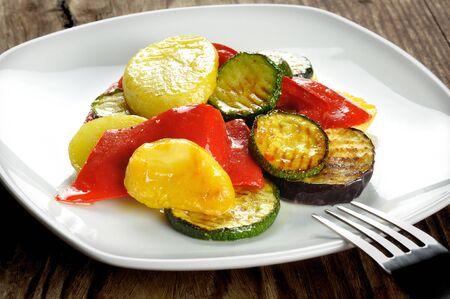 berenjena: Verduras a la parrilla sobre una mesa de madera vieja