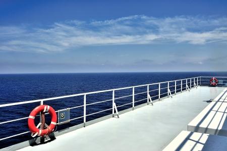 aro salvavidas: Cubierta de barco y barandilla