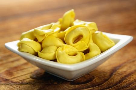 Tortellini, čerstvé vaječné těstoviny, italské jídlo, selektivní zaměření