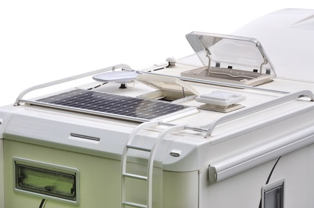 Camper střecha se solárními panely, antény, oblo a žebřík, izolovaných na bílém Reklamní fotografie