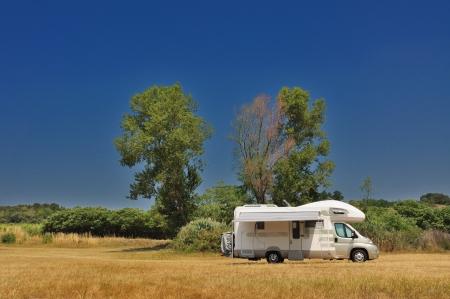Camper zaparkoval v přírodě v Itálii Reklamní fotografie - 18171421
