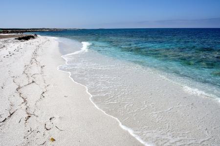 Pohled na Mari Ermi pláže, vyznačující se zářící bílým křemenným pískem, Sardinie, Itálie
