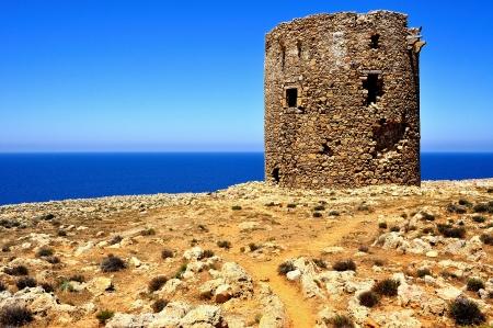 Starověké Strážná věž z Cala domestica pláže, město Buggerru, Sardinii v Itálii