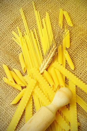 Sortiment syrových těstovin na jutové tkanině