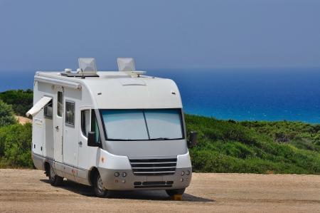 Camper zaparkované na pláži na Sardinii v Itálii