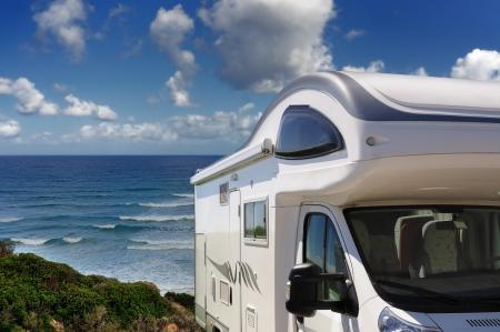 Camper zaparkoval na pláži San Nicolao na Buggerru, Sardinii v Itálii Reklamní fotografie