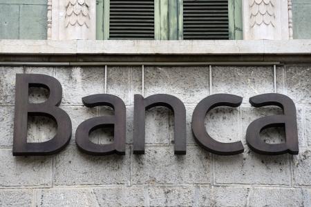 Banka nápis na fasádě italská banka Redakční