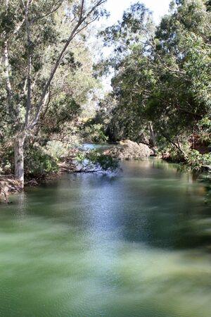 pentimento: Le calme acque del fiume Giordano flusso sud verso il Mar Morto nella terra di Galilea, Israele.