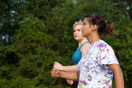 disease prevention: Dos estudiantes hacer alg�n ejercicio por poder caminar. Foto de archivo