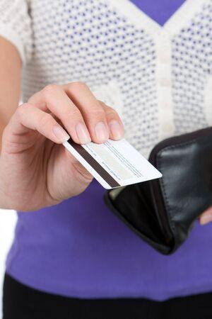 Femme prend une carte de crédit de votre porte-monnaie à faire des achats à crédit. Se concentrer sur la carte de crédit. Banque d'images - 5540493
