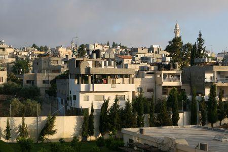 moltitudine: Multibrano case dei palestinesi compatto salgono su questa collina a Betlemme, in Israele. Una moltitudine di scaldacqua solare sedersi sulla casa sui tetti. Fotografato nella luce tarda pomeriggio. Archivio Fotografico