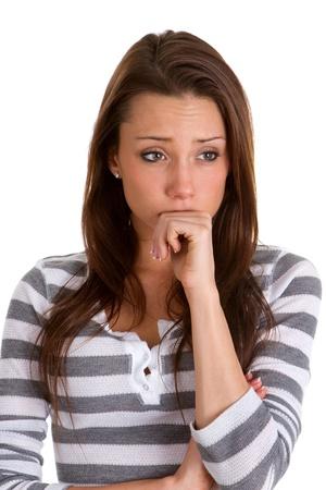 femme inqui�te: Inquiet jeune femme tient son poing au visage et les rides sur son front jusqu'� l'inqui�tude.