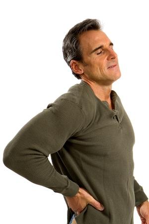 De mens houdt zijn rug probeert zijn rugpijn te verlichten. Stockfoto