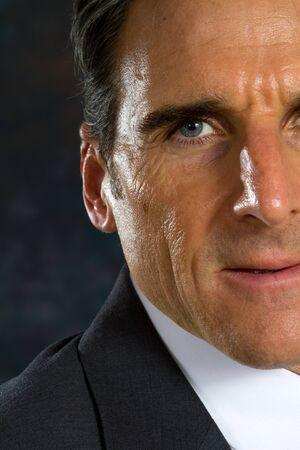 viso uomo: Primo piano del lato destro del volto di uomo d'affari.