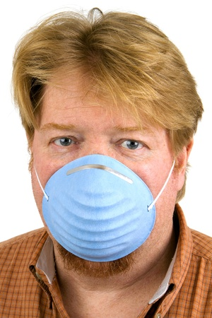 filtración: El hombre con alergias lleva una máscara contra el polvo para filtrar la contaminación y el polen.