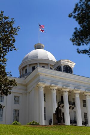 alabama flag: Alabama Statehouse in Montgomery, Alabama, with the statue of Jefferson Davis, President of the Confederacy in front of the entrance