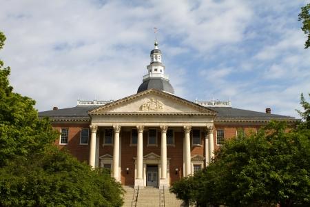 Maryland State Capitol Gebäude mit Kuppel gegen einen bewölkten blauen Himmel mit umliegenden Bäume in Annapolis, Maryland, USA. Standard-Bild - 14458310