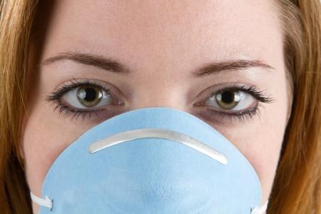 Close-up van vrouw gezicht dragen van een filtermasker of gezichtsmasker.