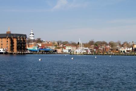 Skyline der Stadt Annapolis, Maryland, wie über den Severn River State Capitol Kuppel gesehen ist in der Ferne sichtbar Standard-Bild - 19236071