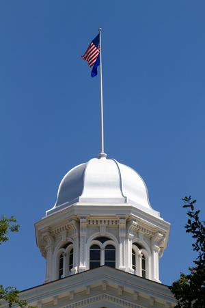 Nevada State Capitol Dome in Carson City, NV gegen einen blauen Himmel Hintergrund mit fliegenden Fahnen auf der Oberseite befindet Standard-Bild - 23076541