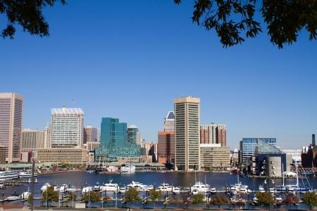 Skyline van de stad Baltimore binnenstad met het Inner Harbor en de jachthaven