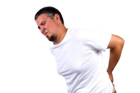 Volwassen man buigt zich over pijn terwijl wrijven zijn rug.