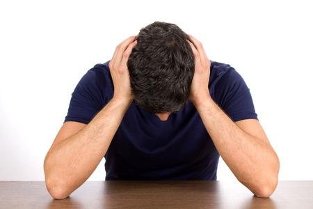 Niedergeschlagen Mann hält seinen Kopf, als er leidet unter Depressionen und Misserfolg. Standard-Bild - 32802976