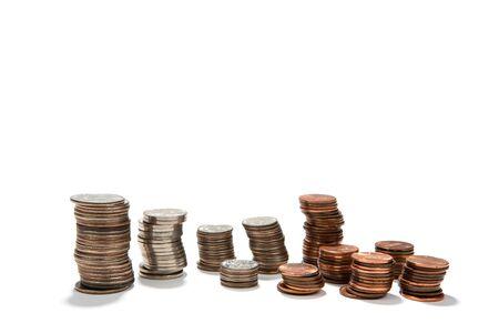 apilar: USA monedas de la moneda están dispuestos en pilas de cuartos, diez centavos, monedas de cinco centavos y peniques para su uso como presupuestos o conceptos financieros. Foto de archivo