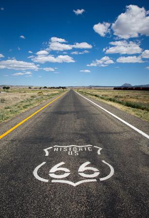 Historic US Route 66 comme il traverse bien une zone rurale dans l'état de l'Arizona.