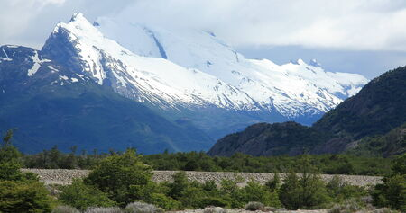 los glaciares: Montagne innevate in lontananza sul sentiero Piedra del Fraile fianco Rio Electrico nel Parco Nazionale Los Glaciares, Argentina.