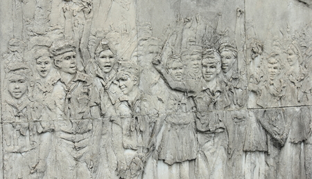 che guevara: Engraving of a revolutionary scene, near the Che Guevara Mausoleum (Mausoleo Che Guevara) and museum in Santa Clara, Cuba. Also called the Ernesto Guevara Sculptural Complex.