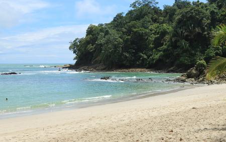 arena blanca: La arena blanca playa tropical en el Oc�ano Pac�fico, rodeado de selva, en el Parque Nacional Manuel Antonio, Costa Rica.