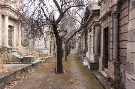 tumbas: Estrechamente empaquetado tumbas y calles estrechas en el cementerio nacional Cementerio General de Santiago, Santiago, Chile. Editorial