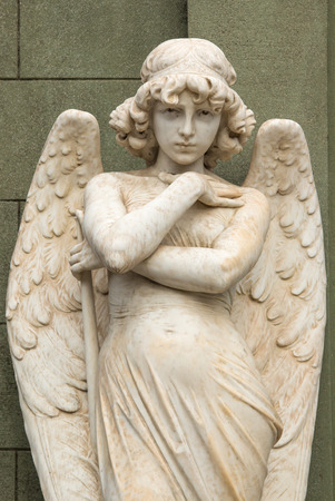 Angelo statua custodisce una tomba al cimitero nazionale di Cementerio General de Santiago, Santiago, Cile